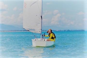 Meisje in zeilboot